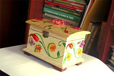 Joyero Floral de madera pintado a mano con incrustaciones de bisutería
